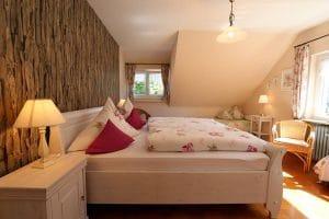 Doppelbett in der Ferienwohnung Lindenblüte mit Blütenbettwäsche