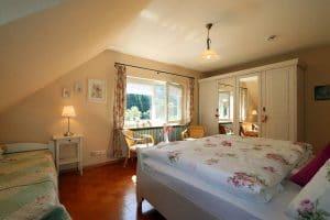 Doppelzimmer der Ferienwohnung Lindenblüte mit großem weißen Kleiderschrank