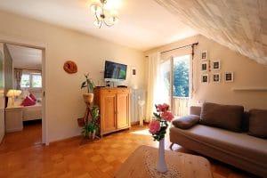 Wohnzimmer der Ferienwohnung Lindenblüte mit Balkon