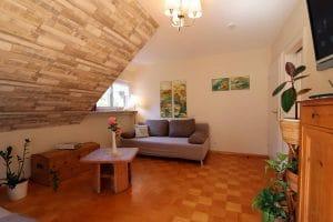Wohnzimmer der Ferienwohnung Lindenblüte mit Couchecke
