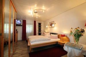 Doppelzimmer mit Wandregal
