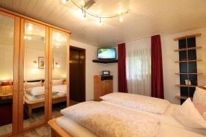 Doppelzimmer mit großem Kleiderschrank und Flachbild-SAT-TV