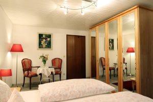 Doppelzimmer mit großem Kleiderschrank mit Spiegeltüren