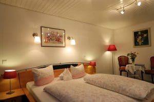 Doppelzimmer mit schönen Wandlampen überm Bett