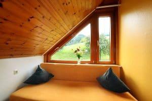 Blick ins Grüne aus dem Fenster der Ferienwohnung Sonnenstrahl