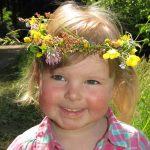 Enkelkind von Martina Lang mit Blumenkranz im Haar