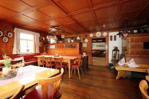 Stammtisch und Kachelofen im Gasthaus Zur Linde