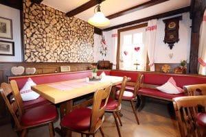 Großer Tisch mit Holztapete im Hintergrund des Nebenzimmers vom Gasthaus Linde in Oberharmersbach